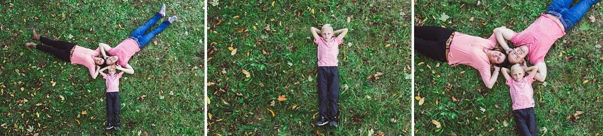 Familienfotos Dresden Mutter Vater Kind liegen im Gras