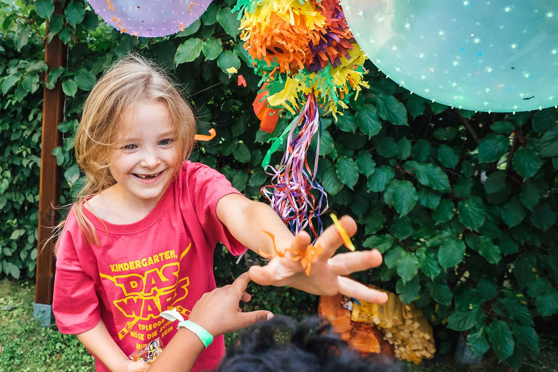 Familien Fotos Dresden Schulanfang Geburtstagsparty Kind öffnet Pinata